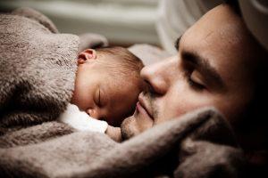 El Congreso discute el permiso de paternidad igual e intransferible